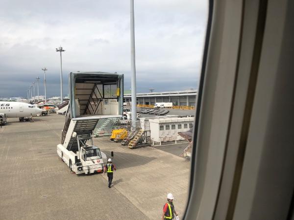 羽田空港端に停止したJAL608便